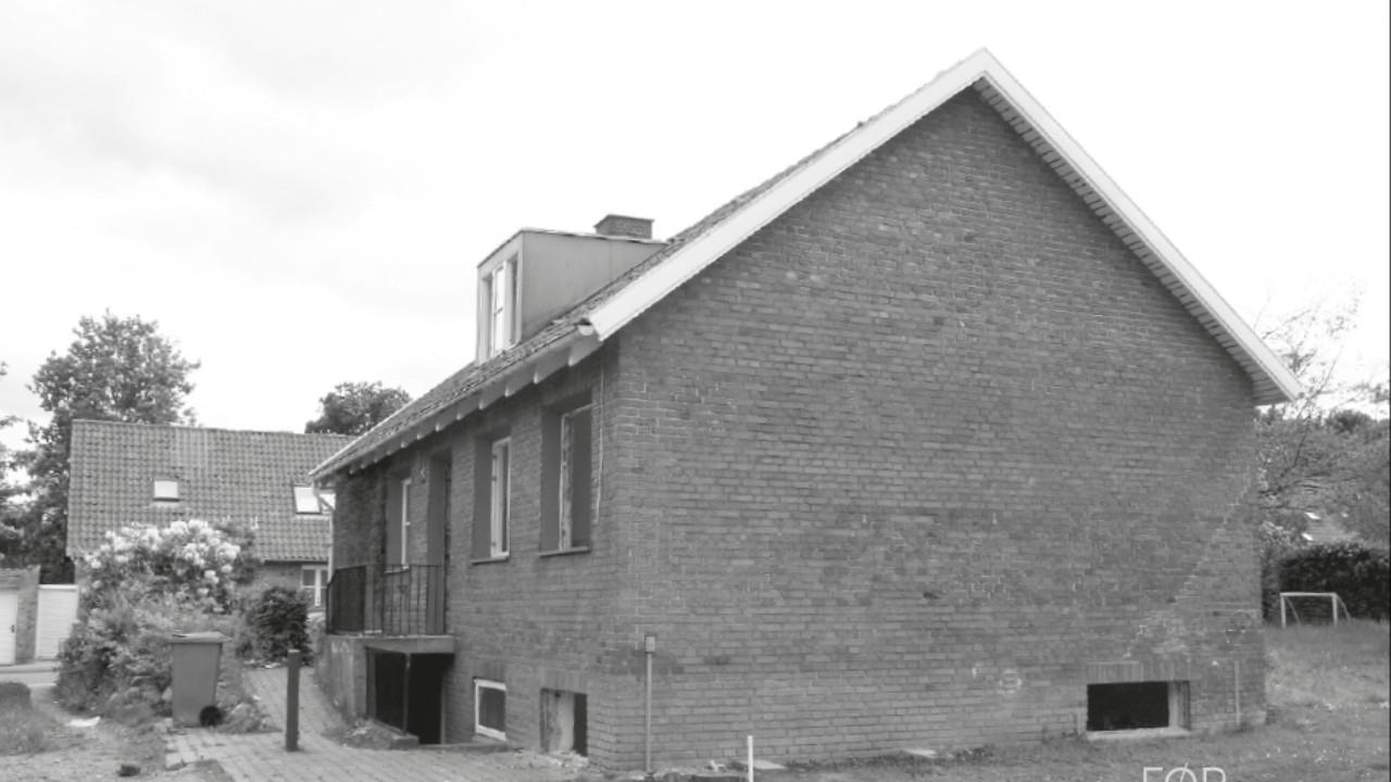 Hus i sort/hvid billede der er klar til en en omgang riv ned - byg nyt fra FBA Huse